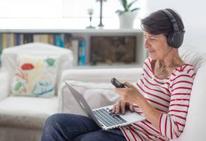 Celina Freitas trabalhou como publicitária por 35 anos, aposentou aos 58. Aos 62, virou intérprete Foto: Edilson Dantas / Edilson Dantas