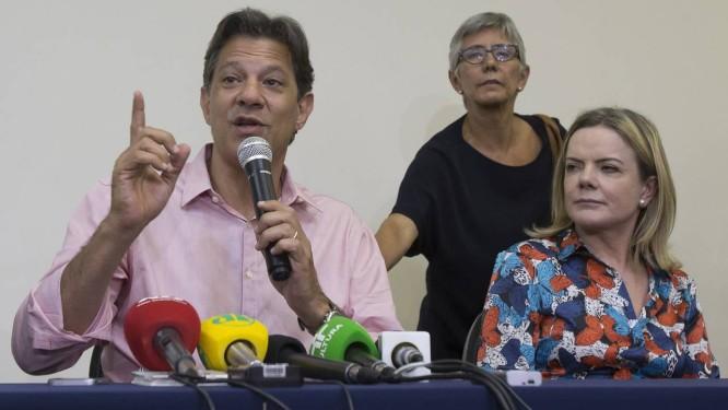 O ex-ministro Fernando Haddad e a presidente do PT, Gleisi Hoffmann, durante ato da campanha presidencial de 2018 Foto: Edilson Dantas / Agência O Globo (09/10/2018)
