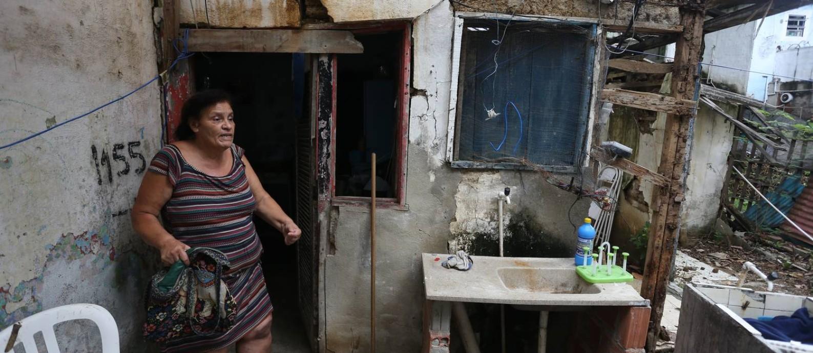 Regina Calixto, de 61 anos, em sua casa no Morro do Andaraí, condenada pela Defesa Civil municipal desde 2014: doente e com um filho com deficiência, ela briga na Justiça contra a prefeitura para tentar receber aluguel social Foto: Pedro Teixeira / Agência O Globo
