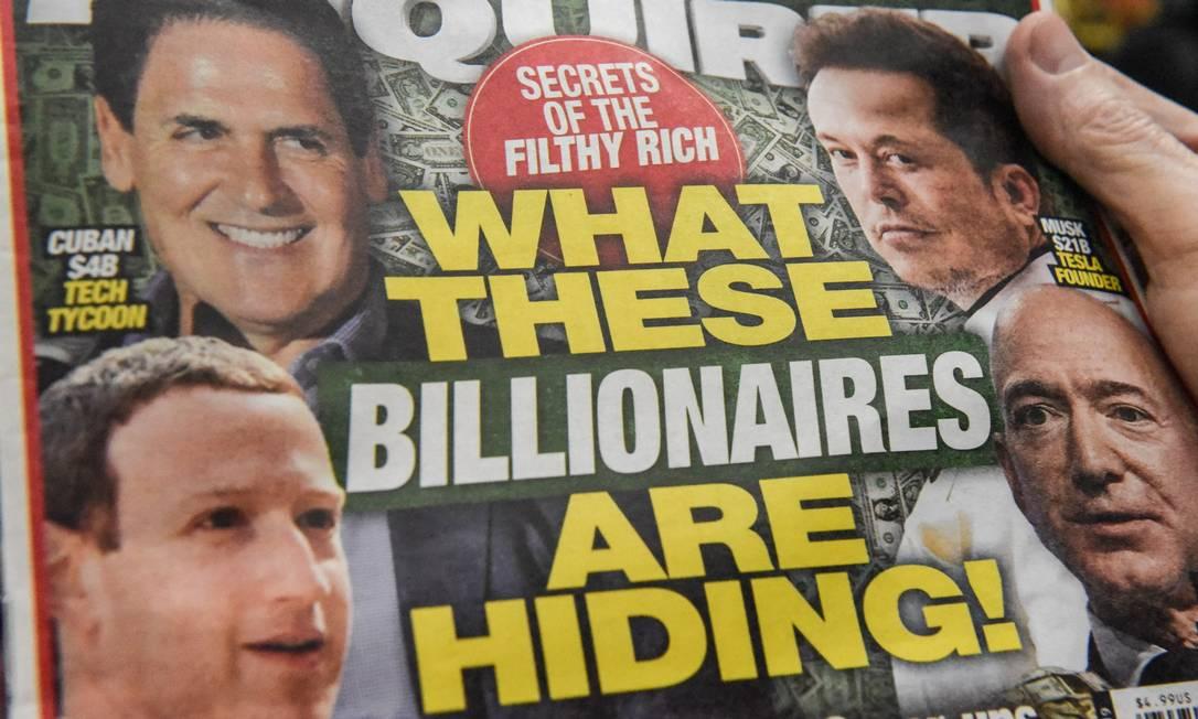 O tabloide National Enquirer estampa fotos de Zuckerberg e Bezos: perigo para os super-ricos Foto: STEPHANIE KEITH / AFP