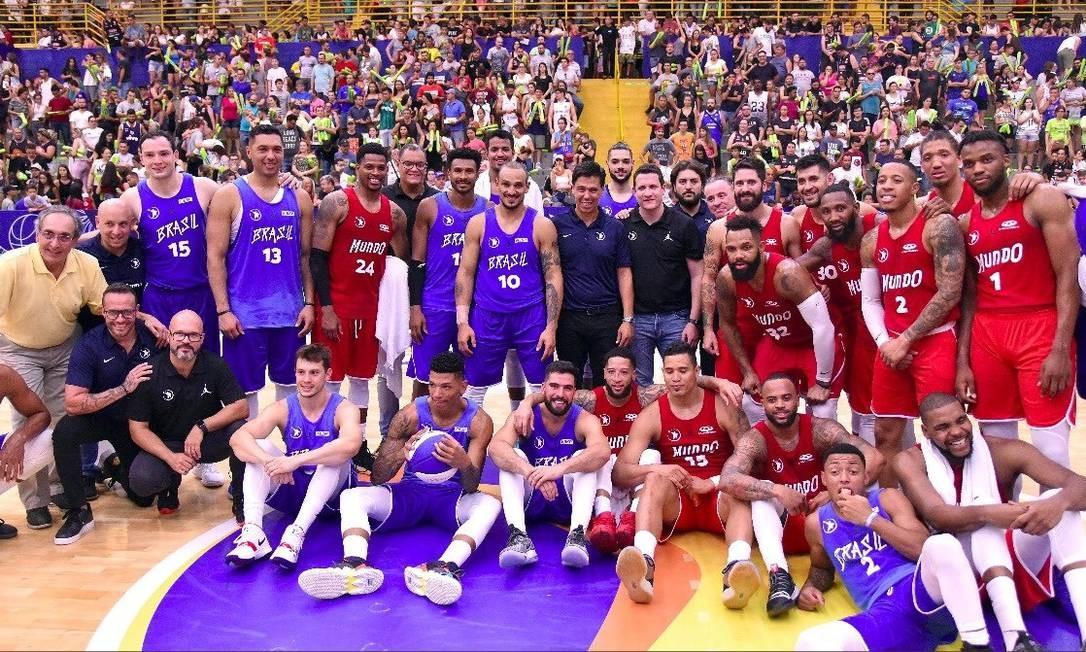 Jogadores e comissão técnica que participaram do Jogo das Estrelas Foto: Divulgação