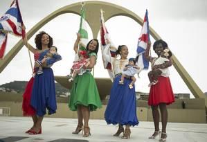 Porta-bandeiras que acabaram de ter bebês enfrentam ritmo intenso de ensaios Foto: Márcia Foletto / Agência O Globo