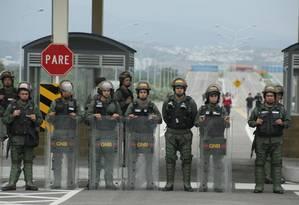 Bloqueio. Guarda Nacional venezuelana fecha passagem na Ponte de Tienditas, localizada na fronteira com a Colômbia: conselheiro de Trump destaca apoio de Bogotá e Brasília para envio de ajuda ao país e pressionar regime de Maduro Foto: CARLOS EDUARDO RAMIREZ / REUTERS