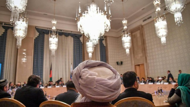 Conversas. Integrantes da oposição política afegã e do grupo fundamentalista Talibã participam de dois dias de discussões em um hotel de Moscou: governo central está cada vez mais isolado Foto: YURI KADOBNOV / AFP