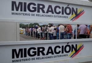 Venezuelanos fazem fila para entram na Colômbia na ponte internacional Simon Bolivar, entre os dois países: 'Não é uma questão de saber se você pode entrar, mas quando', diz Mauricio Claver-Carone sobre ajuda humanitária Foto: REUTERS/MARCO BELLO