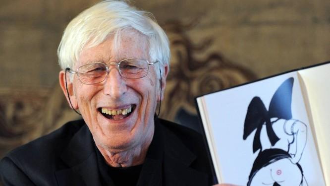 O ilustrador Tomi Ungerer ri de um de seus desenhos durante conferência em 2011 Foto: PATRICK HERTZOG / AFP