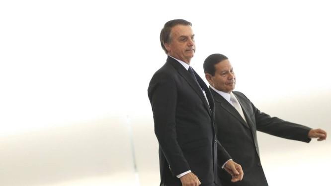 O Presidente Jair Bolsonaro e o vice-presidente General Hamilton Mourão Foto: Marcelo Camargo/Agência Brasil / O Globo