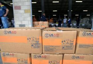 Caixas de suprimentos de ajuda humanitária enviada pelos EUA armazenadas na cidade colombiana de Cúcuta, na fronteira com a Venezuela, à espera de autorização para entrar no país Foto: AFP/RAUL ARBOLEDA