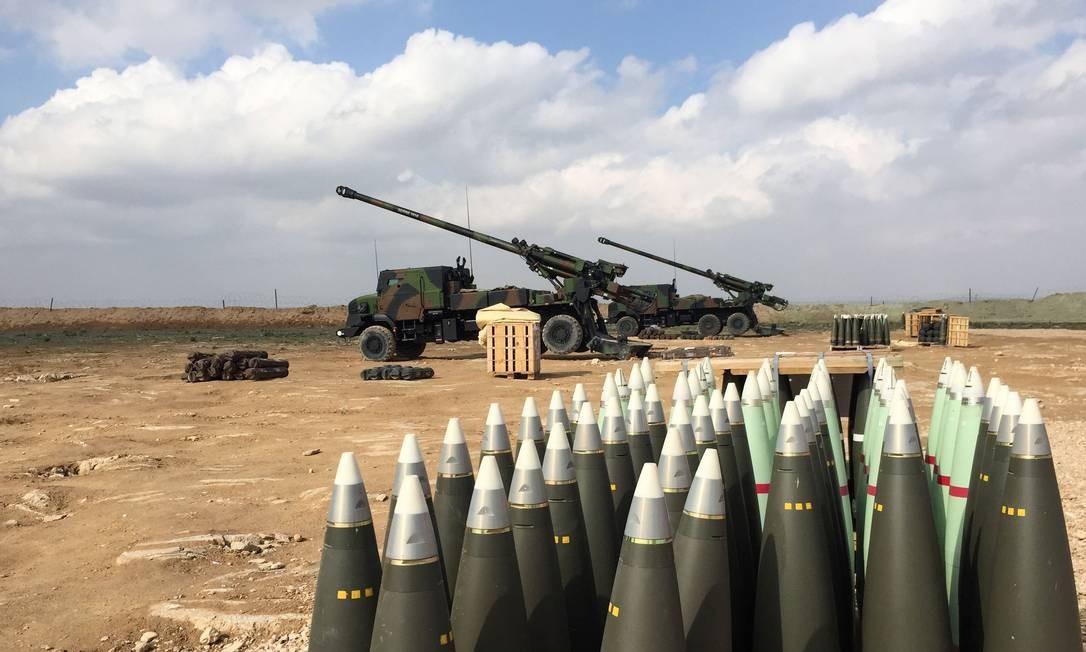 Canhões usados por soldados franceses em apoio aos combatentes das Forças Democráticas Sírias que iniciaram neste fim de semana o que esperam ser o ataque final contra os extremistas do Estado Islâmico em seu país Foto: AFP/DAPHNE BENOIT