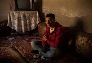 Abed Shebab, de 19 anos, teve sua mão decepada por integrantes do Estado Islâmico ao ser acusado de furtar peças de motocicletas em Raqqa Foto: Yan Boechat