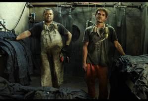 """Cena do filme: dois trabalhadores de Toritama, """"uma China com um carnaval no meio"""