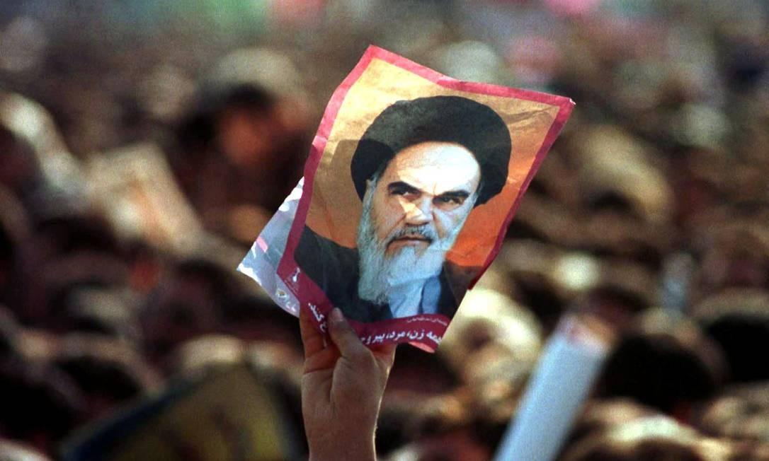 Manifestante segura foto do líder da Revolução Islâmica, aitolá Khomeini Foto: DAMIR SAGOLJ / REUTERS