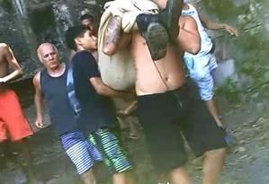 Vídeo mostra moradores descendo corpo do Morro dos Prazeres Foto: Reprodução