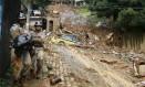 Bombeiros retiram corpo no Morro dos Prazeres, após deslizamento provocado por temporal em abril de 2010 Foto: André Teixeira / Agência O Globo/07-04-2010
