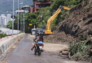 Moradores do Vidigal fizeram manistestação cobrando religamento da luz e fornecimento de agua neste domingo Foto: Cléber Júnior / Agência O Globo