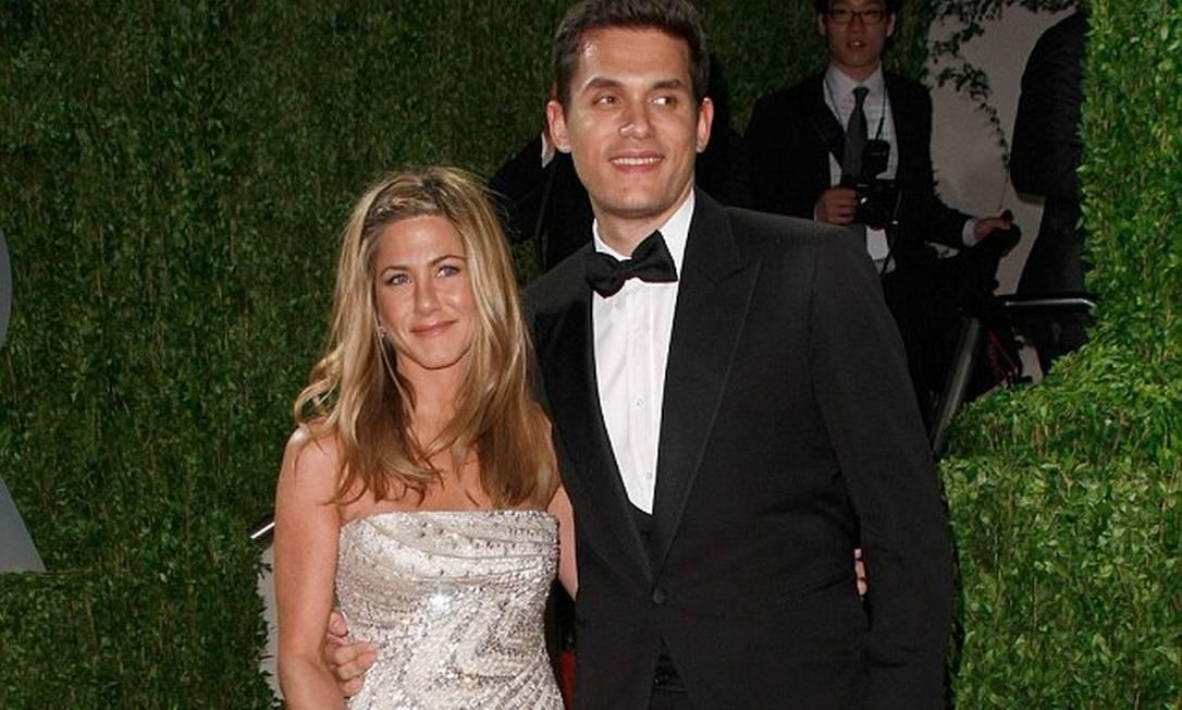 Com o cantor e compositor John Mayer, a atriz manteve um relacionamento que, entre idas e vindas, durou entre 2008 e 2009 Reprodução