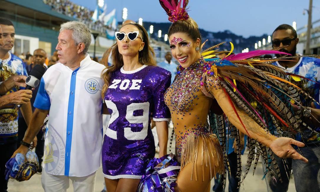 O presidente da Vila Isabel, Fernando Fernandes (à esquerda), ao lado da rainha de bateria Sabrina Sato (ao centro) Foto: Roberto Moreyra / Agência O Globo