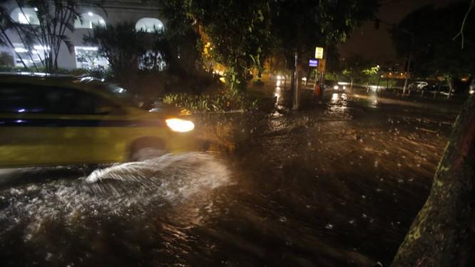 Chuva que caiu na noite de quarta-feira causou transtorno aos cariocas Foto: Alexandre Cassiano / Alexandre Cassiano