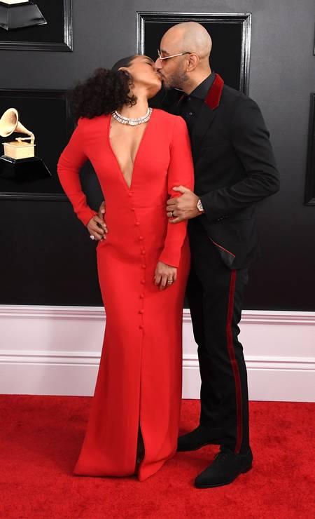Apresentadora do Grammy 2019, Alcia Keys parou o tapete vermelho ao beijar o marido, o produtor Swizz Beatz Foto: Steve Granitz / WireImage