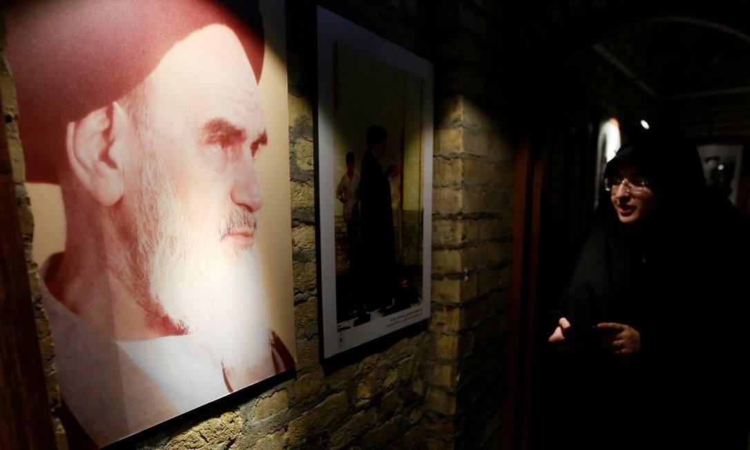 Peregrina iraniana observa imagem do falecido líder revolucionário iraniano aiatolá Ruhollah Khomeini, na antiga residência dele, em Najaf, Iraque. Khomeini, que retornou a Teerã em 1º de fevereiro de 1979, após ficar exilado em Paris, liderou a revolução até o colapso do governo, em 11 de fevereiro Foto: ALAA AL-MARJANI / REUTERS