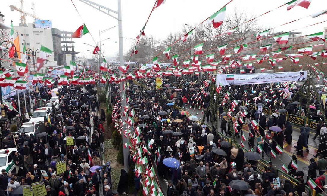 Os iranianos se reúnem nesta segunda-feira durante uma cerimônia para marcar o 40º aniversário da Revolução Islâmica em Teerã Foto: MASOUD SHAHRESTANI / TASNIM NEWS AGENCY / REUTERS