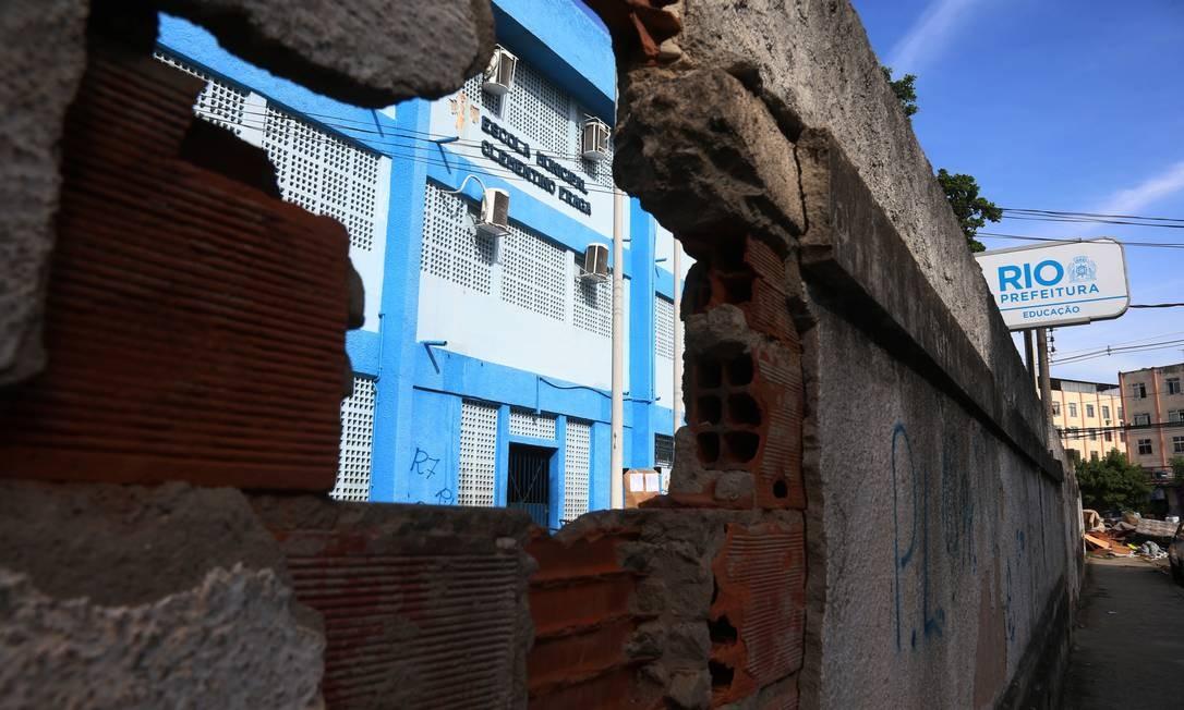 Escola Municipal Clementino Fraga, em Bangu, tem lixo na entrada e buracos no muro Foto: FABIANO ROCHA / Agência O Globo