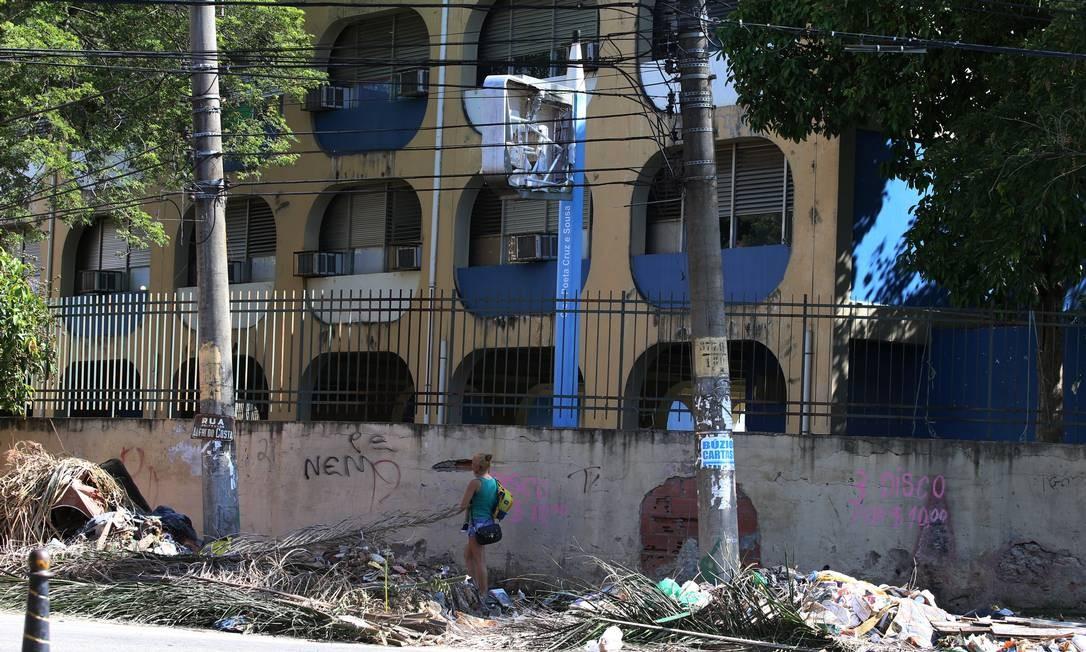 No Ciep Poeta Cruz e Sousa, em Bangu, as aulas foram suspensas por causa da violência Foto: FABIANO ROCHA / Agência O Globo