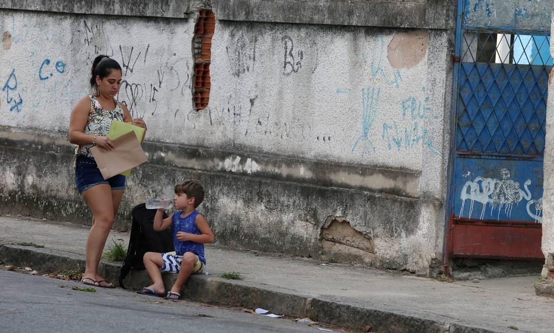 Sem condições de matricular o filho em um local melhor, Aline teve de colocar Leonardo na escola Clementino Fraga Foto: FABIANO ROCHA / Agência O Globo