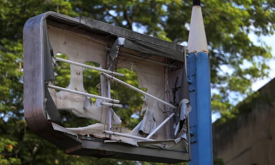 No CIEP Poeta Cruz e Souza, em Bangu, a placa destruída não exibe mais a marca da prefeitura Foto: FABIANO ROCHA / Agência O Globo