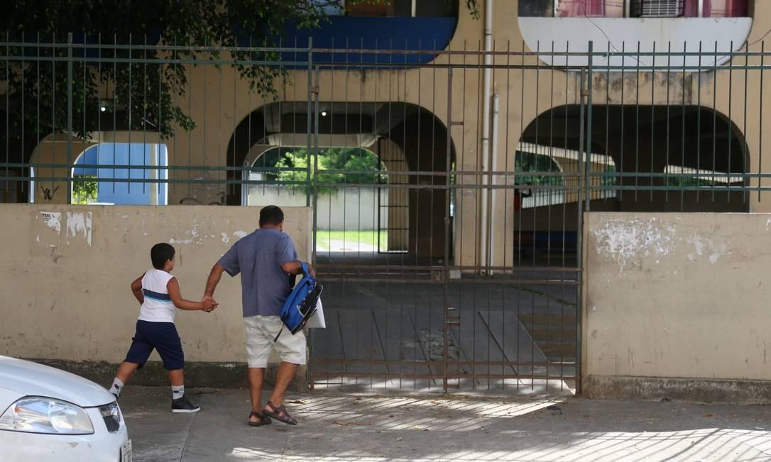 Marcos Rogério foi com o filho Gabriel ao Ciep Poeta Cruz e Sousa na manhã desta segunda-feira Foto: FABIANO ROCHA / Agência O Globo