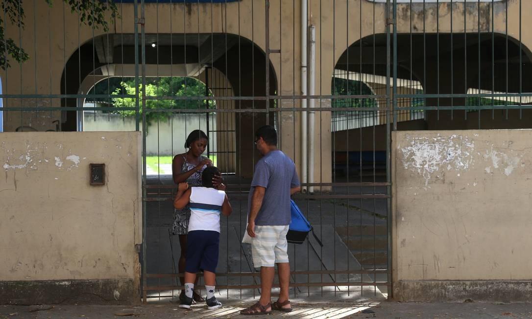 No CIEP, Marcos soube que o filho não poderia ficar, já que as aulas haviam sido suspensas Foto: FABIANO ROCHA / Agência O Globo