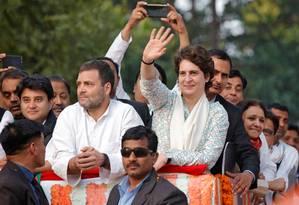 Priyanka Gandhi Vadra, secretária-geral do Partido do Congresso, acena para multidão ao lado do irmão, Rahul Gandhi, presidente da legenda, em Lucknow Foto: PAWAN KUMAR 11-02-2019 / REUTERS