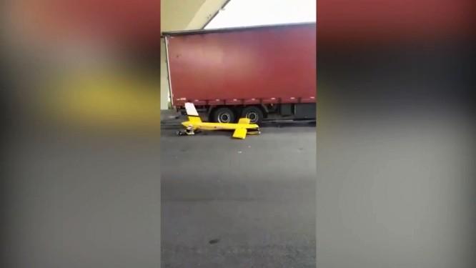 Piloto tentava um pouso de emergência quando helicóptero foi atingido por caminhão Foto: Reprodução