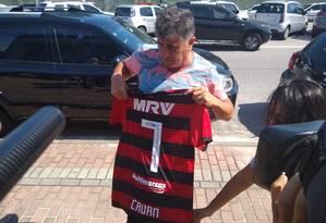 Wanderley Nogueira, empresário de Cauan Emanuel, mostra camisa que jovem ganhou de jogadores do Flamengo Foto: Bernardo Mello