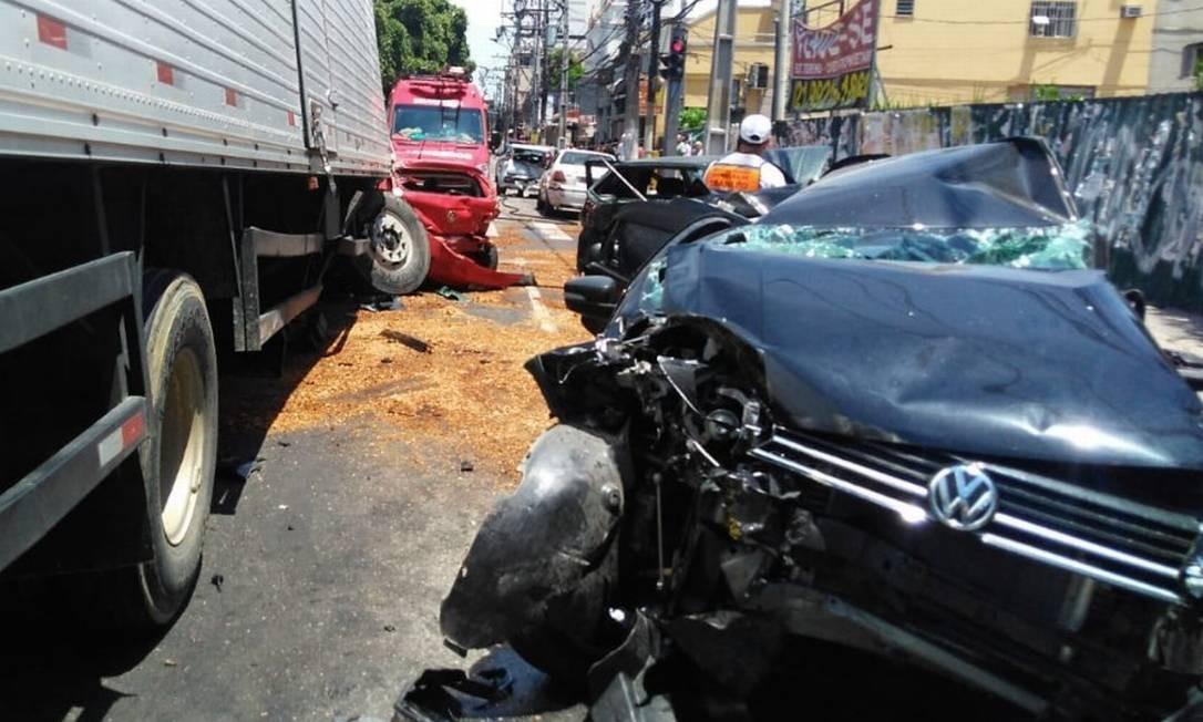 Imagens são impressionantes; apesar de estado dos veículos, quatro pessoas ficaram feridas e apresentam estado estável Foto: Divulgação / Nittrans