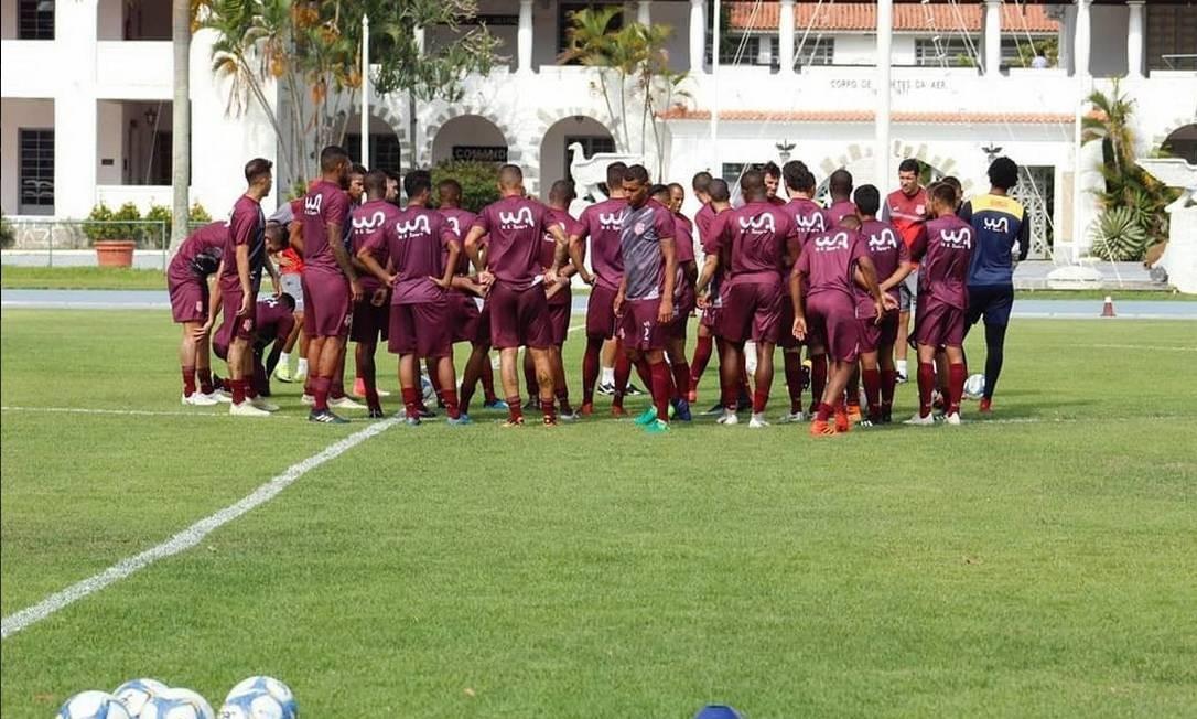 Jogadores do Bangu reunidos no campo Foto: Divulgação/Bangu