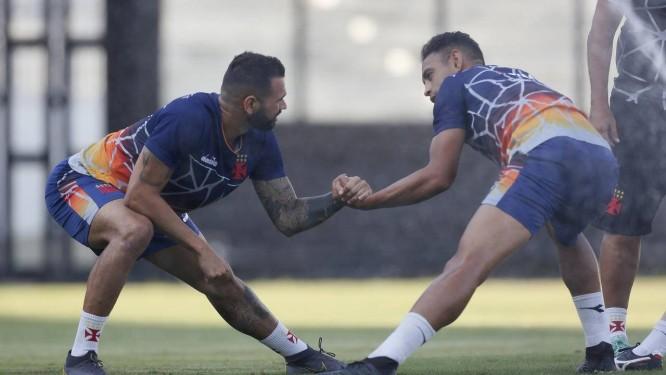 Castan dá a mão ao companheiro de zaga Werley no treino desta segunda-feira Foto: Rafael Ribeiro/Vasco