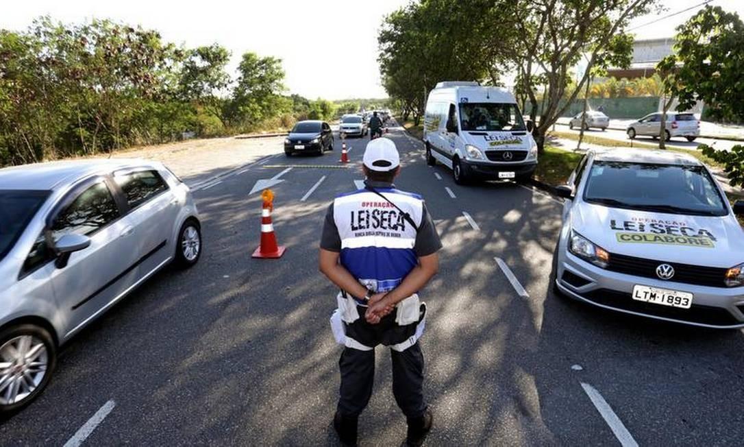 Ampliação: a Operação Verão, que verifica se motoristas estão dirigindo embriagados, no Recreio dos Bandeirantes Foto: Márcio Alves / Agência O GLOBO