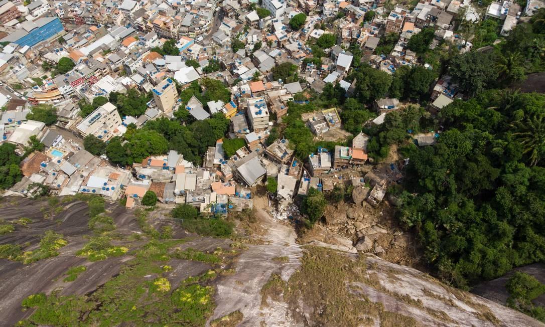 Parte do Vidigal, onde ocorreu um deslizamento, na última quarta-feira: força-tarefa começou a colocar lonas na encosta mais crítica da comunidade , para tentar evitar infiltrações de um grande volume de água no solo Foto: Brenno Carvalho / Agência O GLOBO