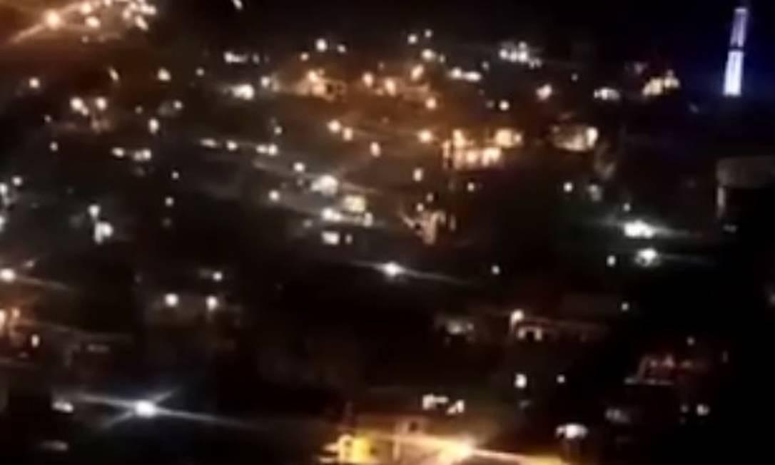 Moradores relatam forte tiroteio na localidade Grota, no Complexo do Alemão, desde o fim da noite desta segunda-feira Foto: Reprodução/ Voz das Comunidade