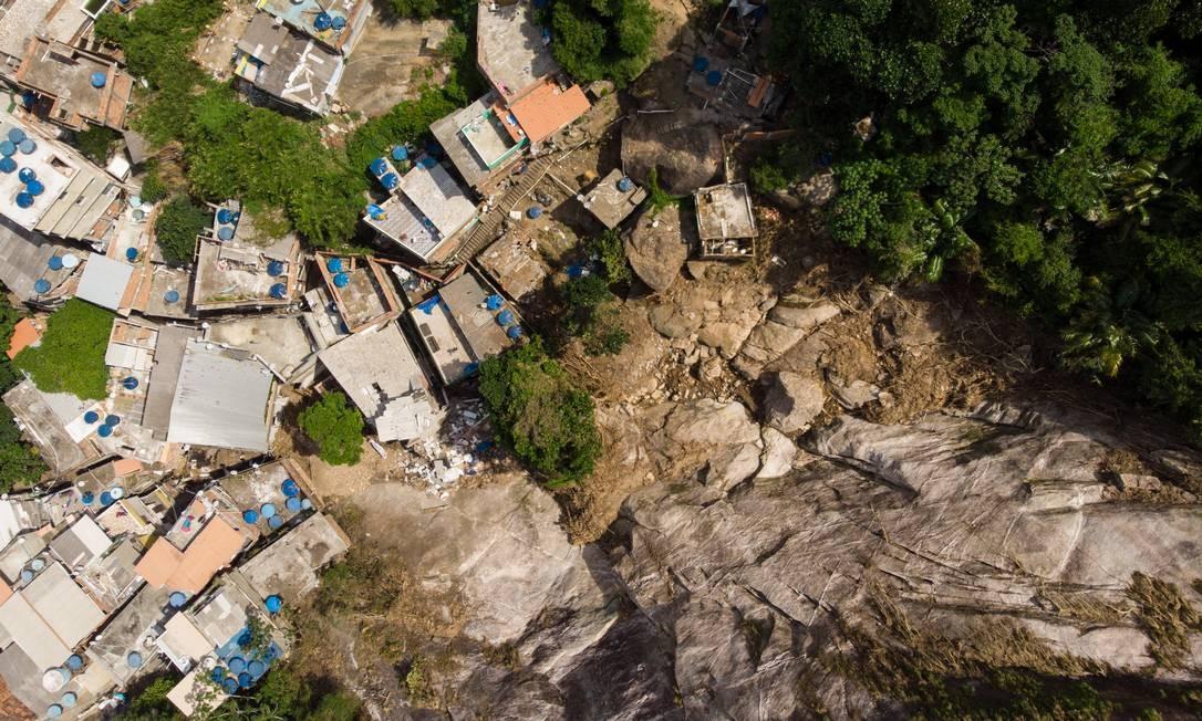 Casas ameaçadas por pedras no costão do Vidigal Foto: Brenno Carvalho / Agência O Globo
