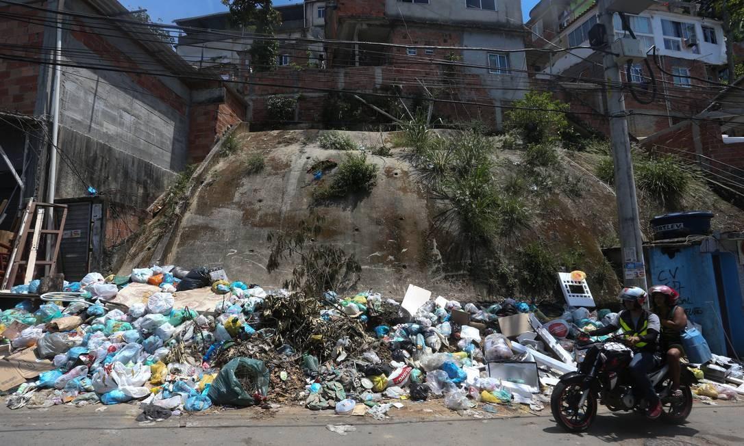 Lixo acumulado na comunidade do Vidigal é mais um fator de risco para alagamentos no caso de um novo temporal Foto: Pedro Teixeira / Agência O Globo