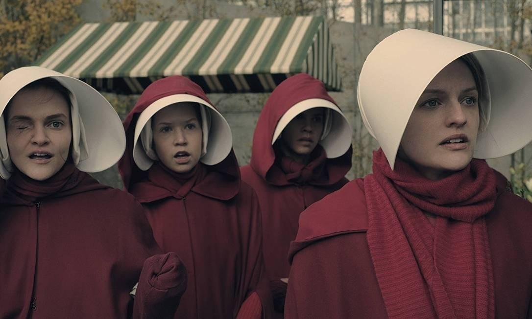 Janine (Madeline Brewer) e Offred (Elisabeth Moss) em cena da segunda temporada de
