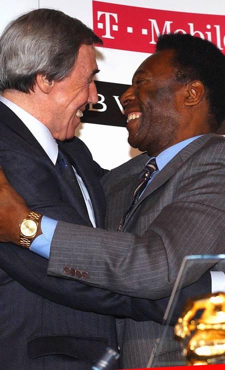 Em março de 2004, o abraço entre pelé e Gordon Banks num evento da Fifa Foto: David Bebber / REUTERS