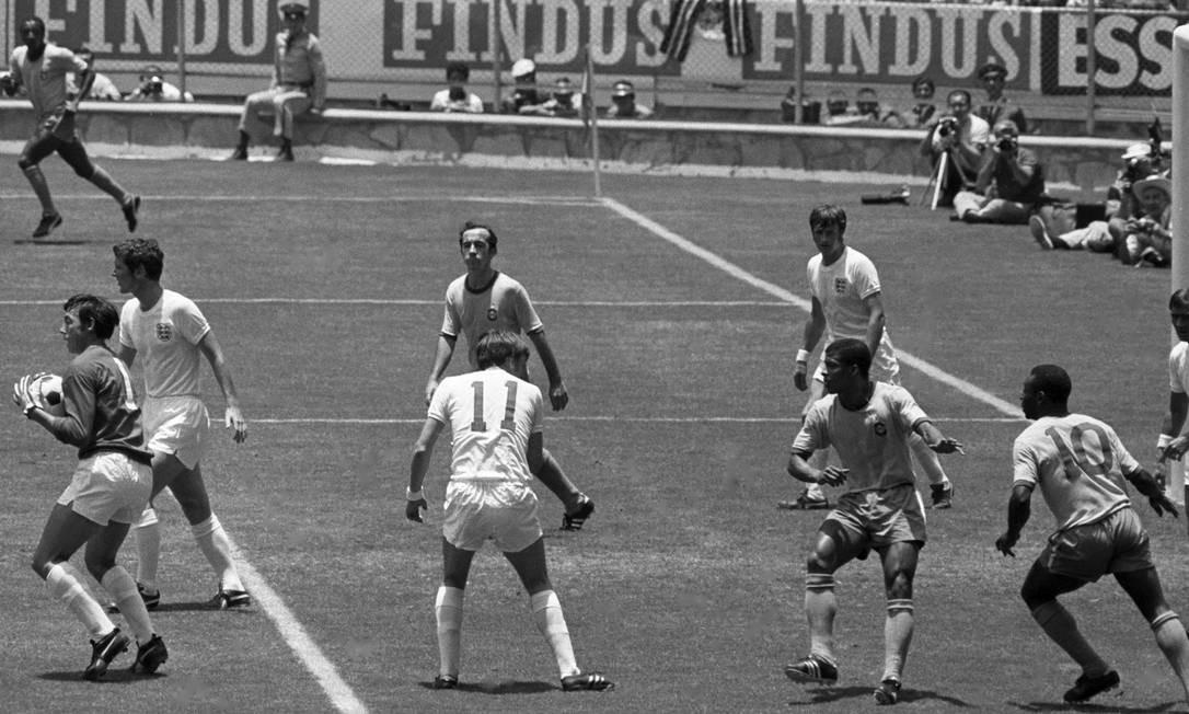 Gordon Banks sai do gol e evita mais um ataque no jogo entre Brasil e Inglaterra na Copa do Mundo do México em 1970 Foto: Erno Schneider / AOG