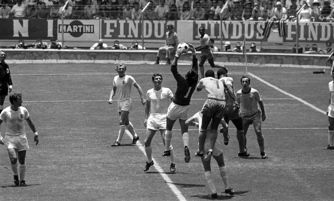 Gordon Banks sai do gol enquanto Jairzinho e Pelé tentam cabecear a bola observado por Tostão Foto: Erno Schneider / AOG