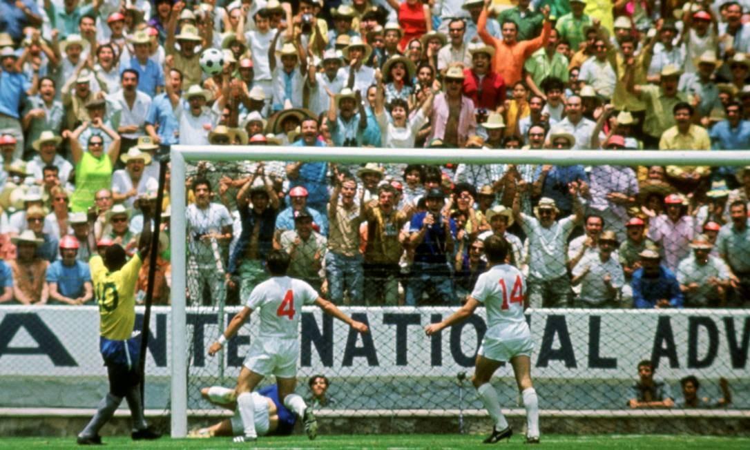 Pelé já comemorava o gol quando Gordon Banks fez a defesa do século Foto: ACTION IMAGES / Action Images / Sporting Picture