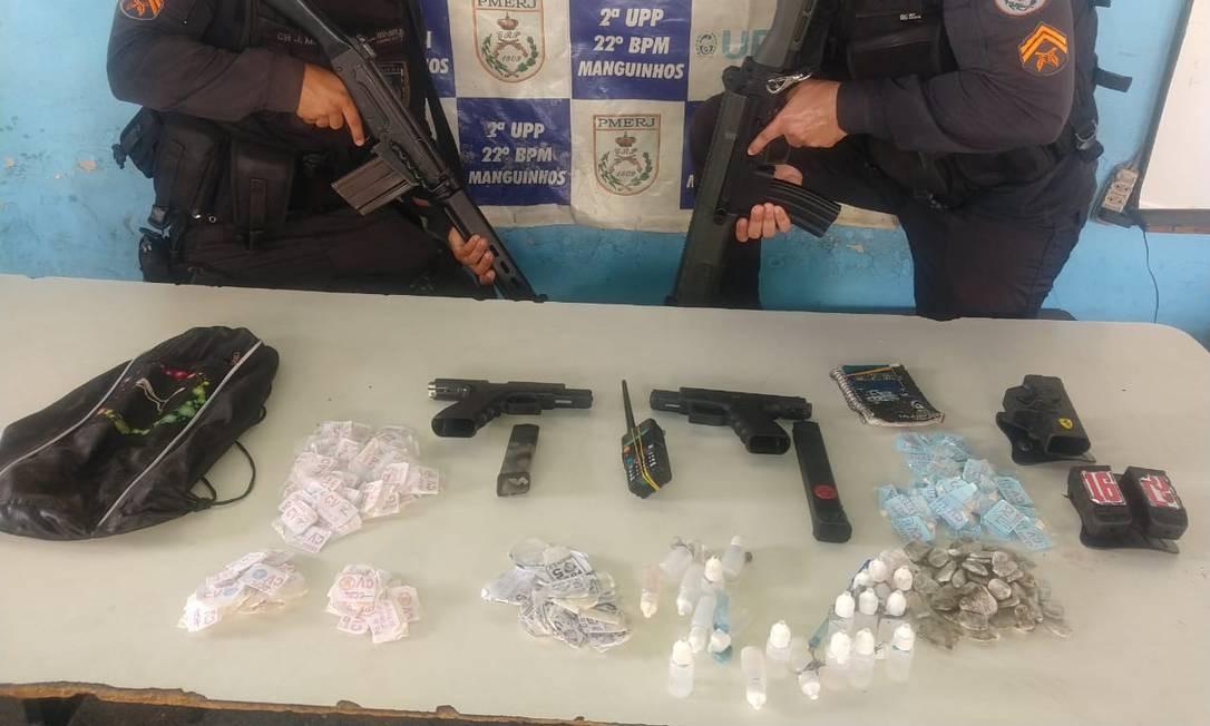 O material que, segundo a polícia, foi apreendido com os suspeitos mortos Foto: Polícia Militar / Divulgação