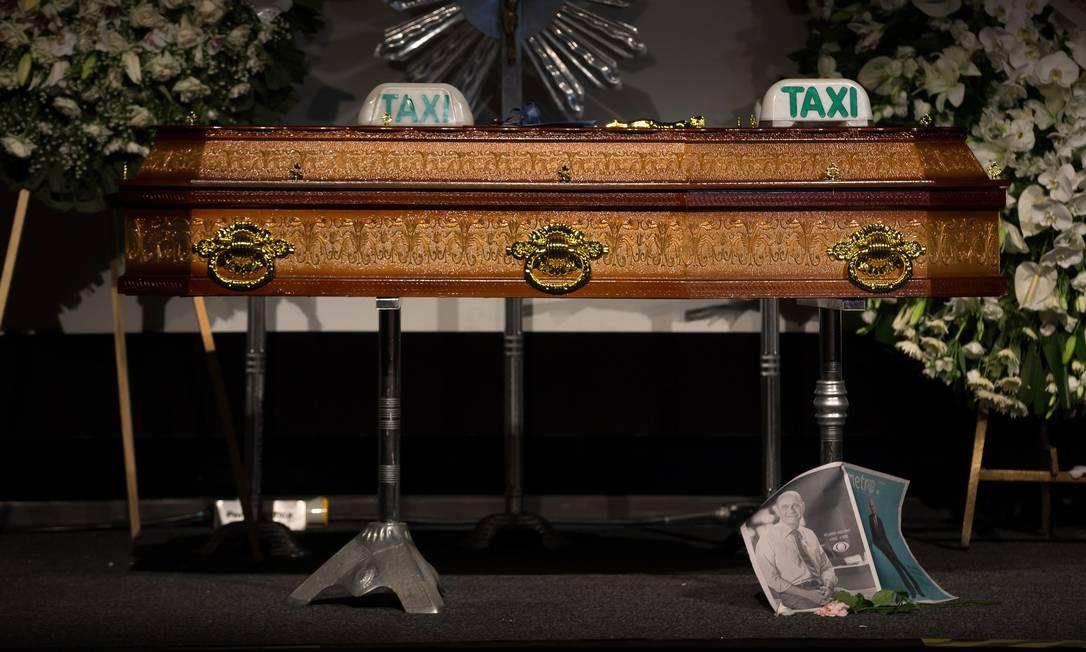 Homenagens: Boechat era bastante querido pela classe dos taxistas. Dois sinais de táxi foram colocados sobre o caixão do jornalista, além da edição desta terça-feira do jornal Metro, editado pelo Grupo Bandeirantes | Foto: Edilson Dantas / Agência O Globo