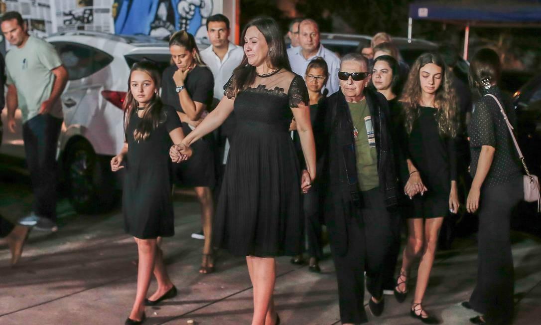 Veruska Seibel, esposa de Boechat, chega ao velório acompanhada das duas filhas do casal e da mãe do jornalista Foto: Edilson Dantas / Agência O Globo